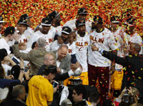 Doğu Konferansı'nın şampiyon olarak tamamlayan Cavs kupası aldı.