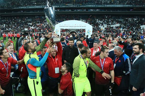 Türkiye'nin ev sahipliğinde düzenlenen Avrupa Ampute Futbol Federasyonu (EAFF) Avrupa Şampiyonası'nın finalinde İngiltere'yi 2-1 mağlup ederek şampiyon olan Türkiye Milli Takımı'nın başarısı uluslararası düzeyde yer aldı.