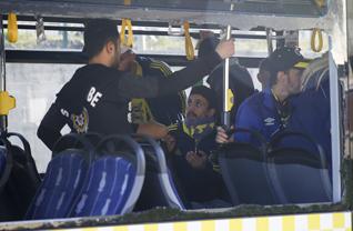 Sarı-lacivertli taraftarlar, Süper Lig'in 9. haftasında Galatasaray ile Fenerbahçe arasında oynanacak karşılaşmada takımlarını desteklemek için Ülker Stadı önünde toplanarak otobüslerle Türk Telekom Stadı'na geldi. Fenerbahçe taraftarlarını taşıyan otobüslerden birinin camı kırılırken, bu araç içindeki kişiler stada sokulmayarak, gözaltına alındı.