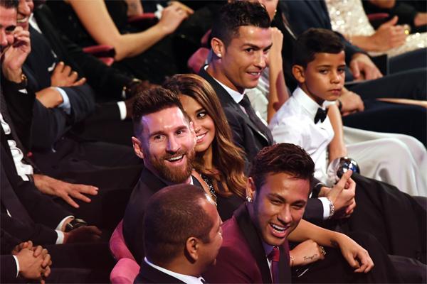 Ronaldo, En İyi Futbolcu Ödülü için Lionel Messi ve Neymar ile yarıştı.