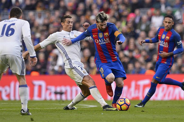 Real Madrid ve Barcelona arasındaki ezeli rekabetin sahadaki en önemli temsilcileri Cristiano Ronaldo ile Lionel Messi olacak. 2 süper yıldız da yine çok verimli bir yılı geride bırakıyor.