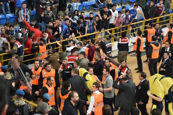 Trabzonspor ile Fenerbahçe Doğuş arasında oynanan karşılaşmaya kötü tezahürat sebebiyle yaklaşık 1 saat ara verilirken, maça seyircinin salondan çıkarılmasının ardından devam edildi.