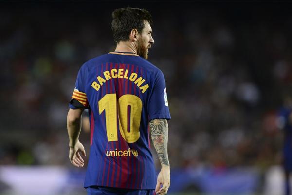 Barcelona ile sözleşme yenilemeden önce reddedilmesi zor bir teklif geldiğini ancak Messi'nin bunu gözardı ederek, kulübüne sadakat gösterdiğini yazdı.