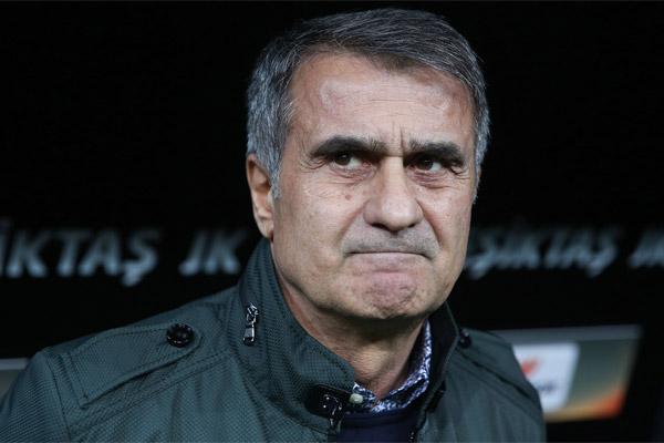 Spor Toto Süper Lig'de elde ettiği başarılı sonuçlarla liderliğini sürdüren Beşiktaş, geçen sezon göreve gelen teknik direktör Şenol Güneş yönetiminde güçlü rakipleri Galatasaray ve Fenerbahçe'nin derbilerdeki hegemonyasını kırdı.