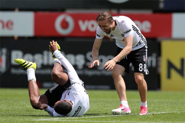 Beşiktaş'ın dün sabah gerçekleştirdiği idmanda Kamerunlu forvet Vincent Aboubakar'ın yaptığı taklitler arkadaşlarını güldürdü.
