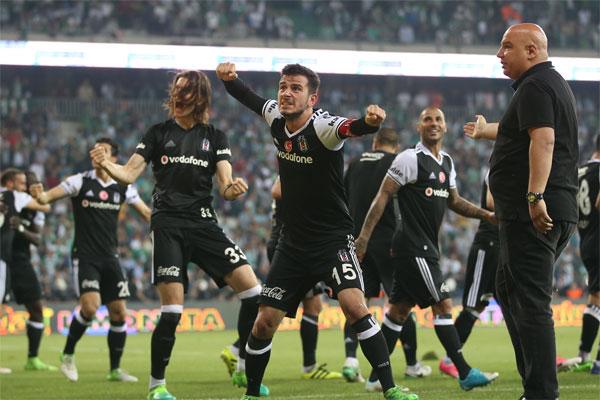 Beşiktaşlı oyuncular liderliği taraftarıyla kutladı.