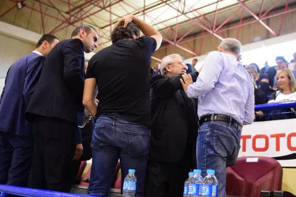 Yakın Doğu Üniversitesi ile Fenerbahçe takımları arasında oynanan Bilyoner.com Kadınlar Basketbol Ligi play-off final serisi ilk maçı öncesi protokol tribününde kavga çıktı.