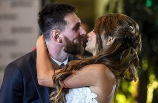 Barcelona'nın Arjantinli yıldızı Lionel Messi, ülkesinde düzenlenenb düğünle dünya evine girdi. Yıldız oyuncuyu eski ve yeni takım arkadaşları da yalnız bırakmadı.