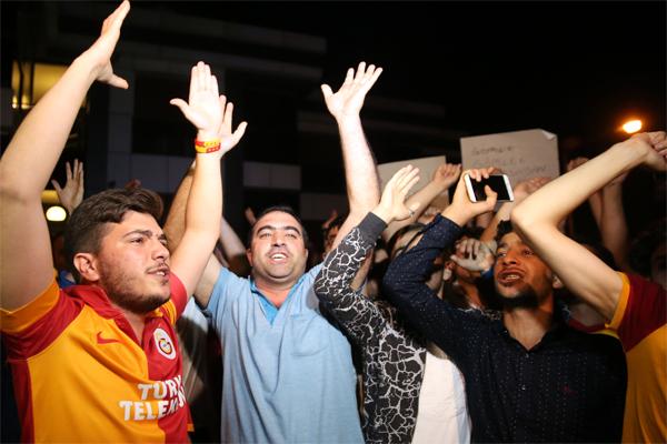 Galatasaraylı taraftarlar, takımlarının UEFA Avrupa Ligi 2. ön eleme turunda İsveç'in Östersunds ekibine elendiği maçın ardından Florya'da kulüp yönetimi, teknik direktör ve futbolcuları protesto etti.