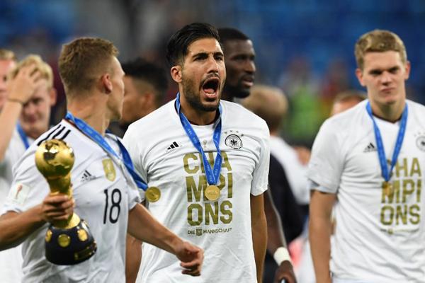 Juventus, Emre Can transferini gelecek yaz transfer dönemine bırakabilir.