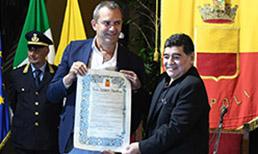 Maradona'ya, kazandırdığı başarılarla efsaneleştiği Napoli'de fahri vatandaşlık unvanı verildi
