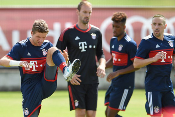 Bayern Münih büyük bir kaleci krizi ile karşı karşıya... Antrenmanda sakatlanan Manuel Neuer en az 3 ay sahalardan uzak kalacak.