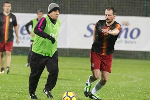 Devre arası kampı için Antalya'da bulunan Galatasaray'da teknik ekip ile basın mensupları maç yaptı.