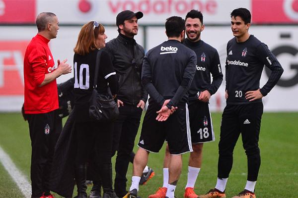 Beşiktaş idmanını dizi oyuncusu Aras Bulut İynemli izledi. İynemli, antrenmanın ardından Gökhan Gönül ve Tolgay Arslan ile bir süre sohbet etti.