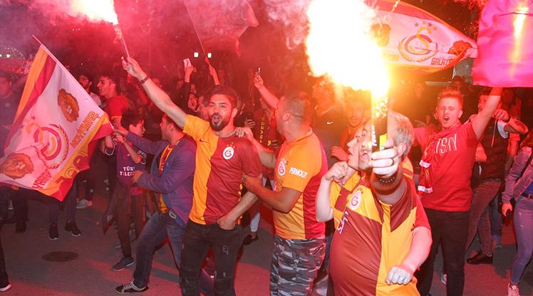Galatasaraylılar şampiyonluğu kutluyor