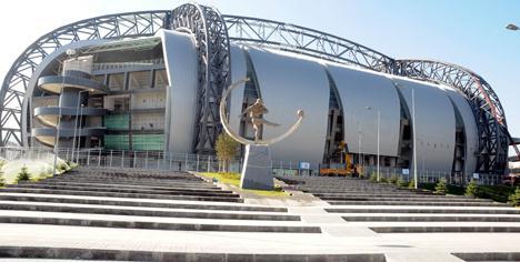 Kadir Has Stadı'na futbolcu heykeli