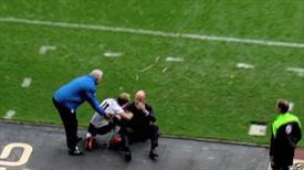 Futbolcu teknik direktörü yere serdi!