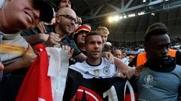 Lukas Podolski'ten zafer pozu