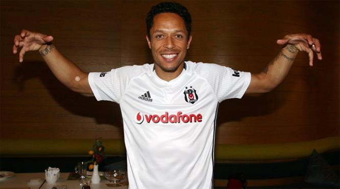 Ve Beşiktaş, Adriano transferini resmen açıkladı