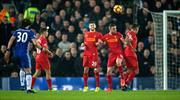 Liverpool uyudu, David Luiz affetmedi! Akıl dolu frikik!