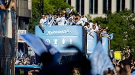 City taraftarı sokaklara döküldü! 3 kupaya çılgın kutlama