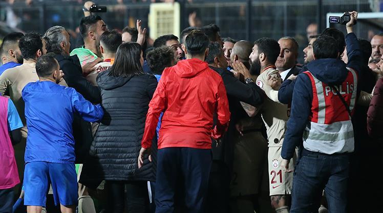Tuzlaspor - Galatasaray maçının sonunda gerginlik