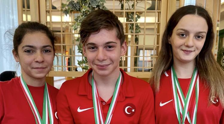 Paralimpik milli yüzücüler gururlandırdı
