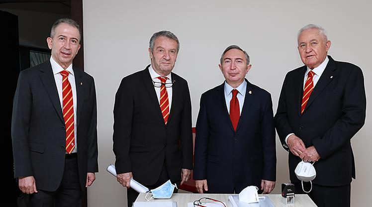 Metin Öztürk, Galatasaray başkanlığına adaylık dosyasını teslim etti