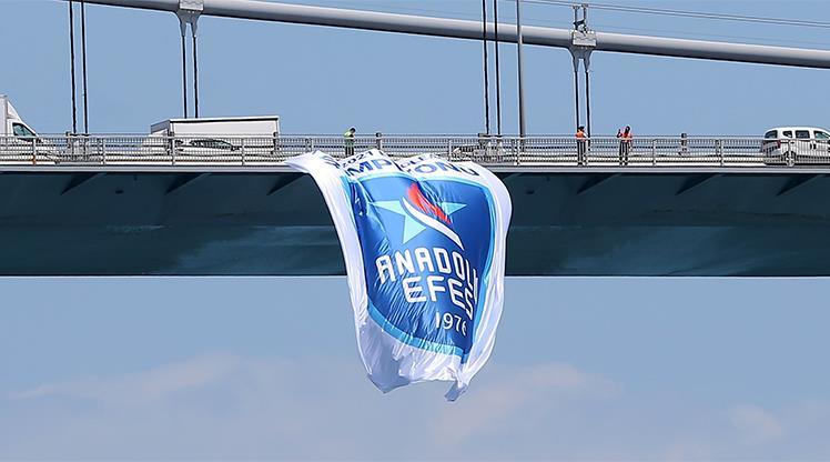 Şampiyonun bayrakları köprülerde